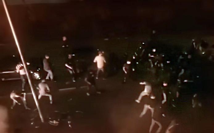 De vechtpartij in de Utrechtse wijk Ondiep tussen Utrecht- en Feyenoordaanhangers. De Rotterdammers droegen donkere kleding.