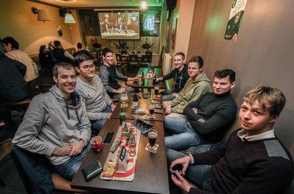 Zijn vrienden van amateurvoetbalploeg 't Postje volgen de afleveringen op groot scherm in café 'T Brouwerijtje in Sint-Baafs-Vijve.