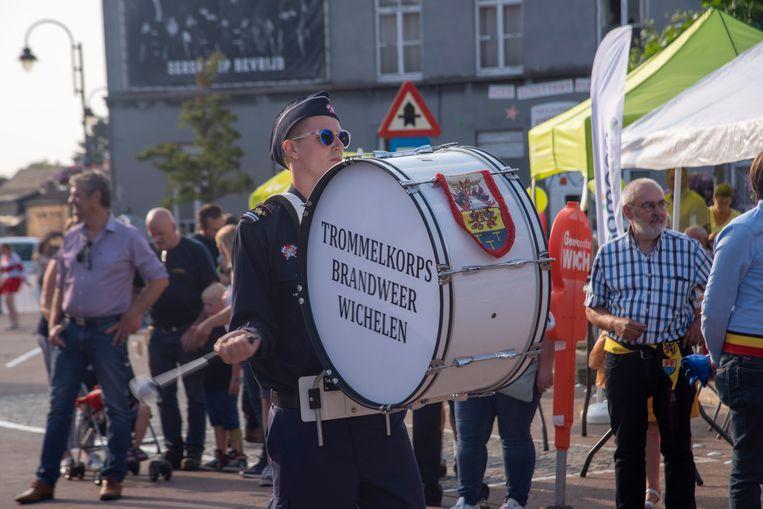 11 juliviering op het Dorpsplein van Serskamp met het trommelkorps van de brandweer.