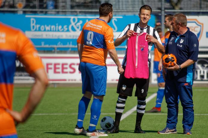 Voor aanvang van de wedstrijd waren er kadootjes voor Oosterhout-spits Stefan Kok (in zwart-wit) die net vader was geworden. Een voetbal, en een rompertje, maar wel beiden met ONI-logo uiteraard). ONI-spits Sander de Bont (links naast hem) kijkt toe.