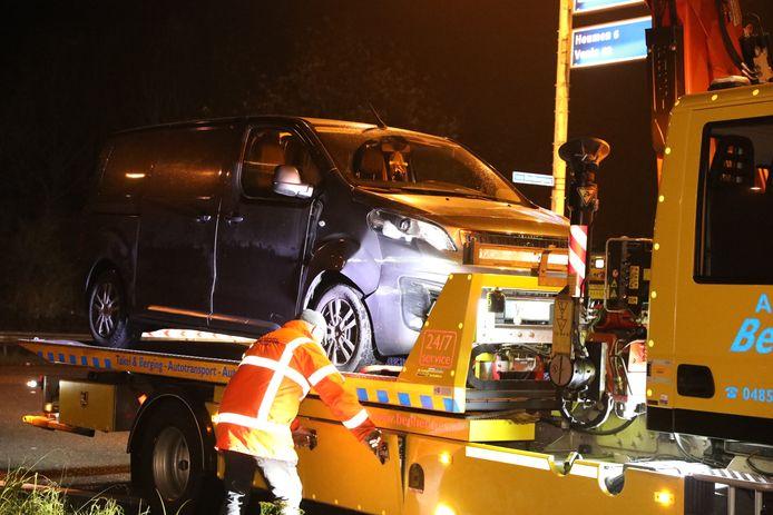Het bestelbusje is afgesleept na het ongeval op de afrit van de A73 bij Nijmegen.