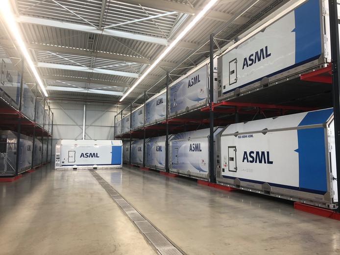 Speciale containers staan klaar om de machines van ASML de wereld over te sturen.
