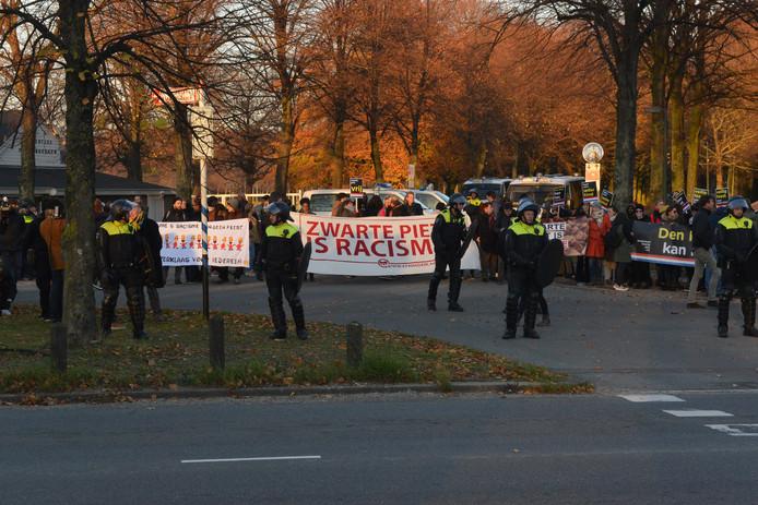 De demonstranten worden door de politie naar het Centraal Station gebracht. Onderweg mogen zij niet hun spandoeken laten zien of leuzen roepen.