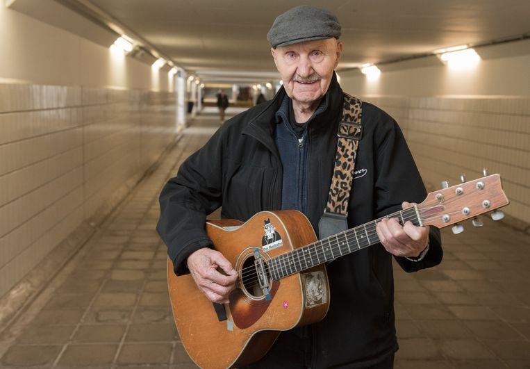 Miel De Meyer speelt gitaar in de stationstunnel.