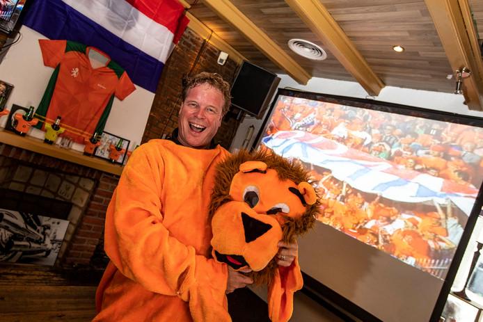 Kees van der Zijden in zijn kroeg Delierious. Omdat het Nederlands Elftal niet meedoet met het EK heeft hij de beelden van het EK 88 opgevraagd en die laat hij op grote schermen zien.