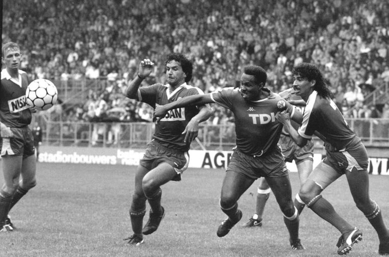 Henk Fraser, uiterst rechts, in actie voor FC Utrecht Beeld anp