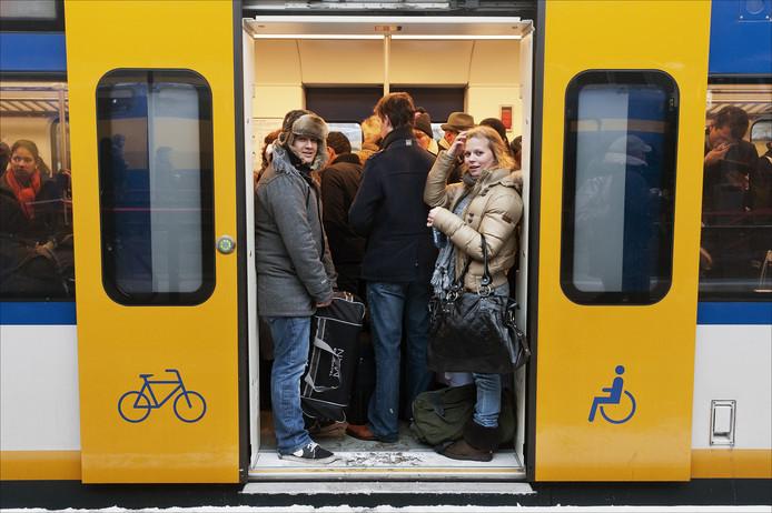 Passagiers in een overvolle Sprinter.