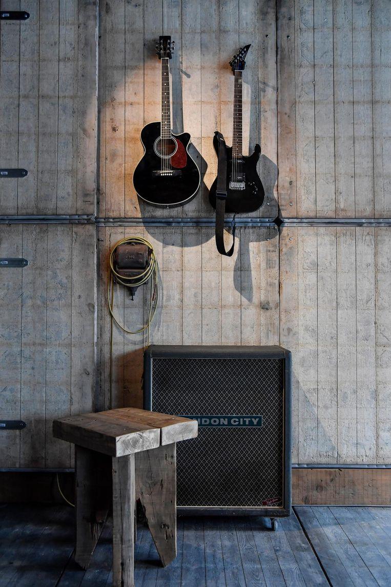 Klanten kunnen er zelfs gitaar spelen.