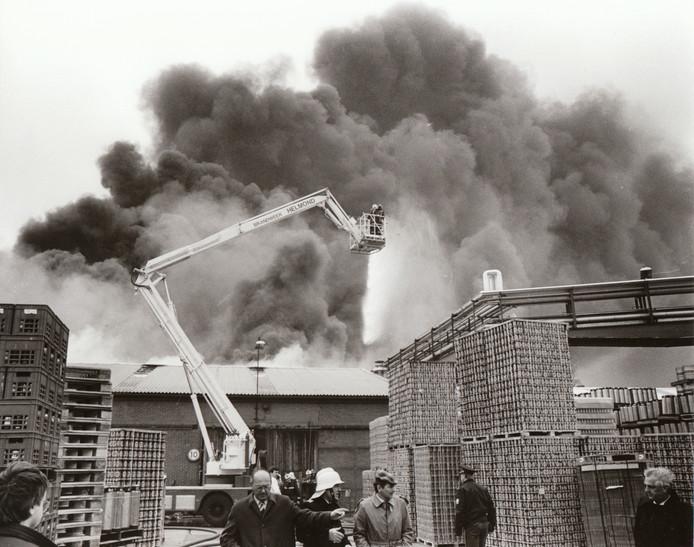 Bierbrouwerij Bavaria in Lieshout is in zijn geschiedenis enkele malen getroffen door brand, zoals op 23 april 1985. Op de voorgrond onder de hoogwerker van de brandweer neemt burgemeester Piet van Hout de schade op.