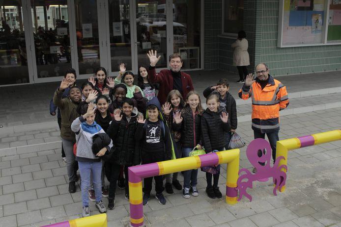 De kinderen van Boom Park, hier samen met schepen Francis Sanchez (N-VA), rechts, en burgemeester Jeroen Baert (N-VA), zijn enthousiast over de nieuwe octopusbeugels.