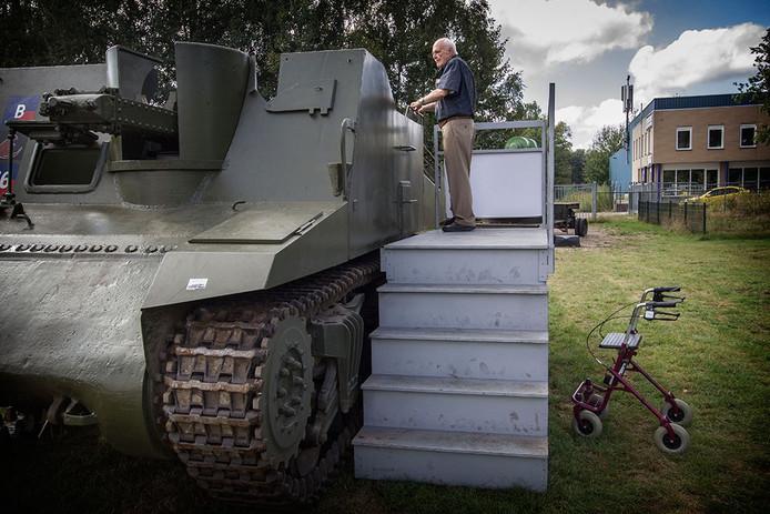 Militaire voertuigen bekijken in Maarheeze