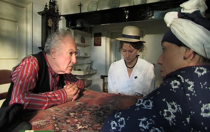 Beeld uit de film van Lou Kruisbergen over het Boerke van Winssen met onder meer Gerrit Kistemaker links als 't Boerke. foto Lou Kruisbergen