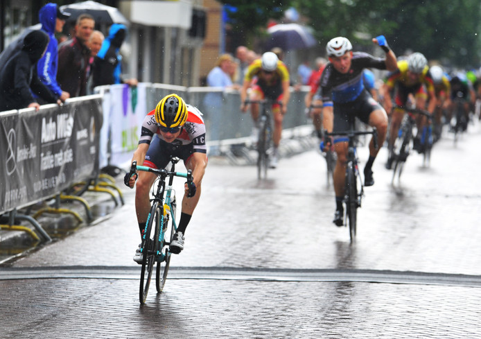 Winnaar Rens Tulner komt over de finish in Numansdorp.