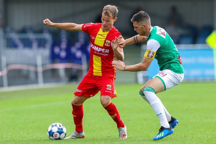 Boyd Lucassen namens  Go Ahead Eagles in duel met Kevin Jansen van FC Dordrecht.