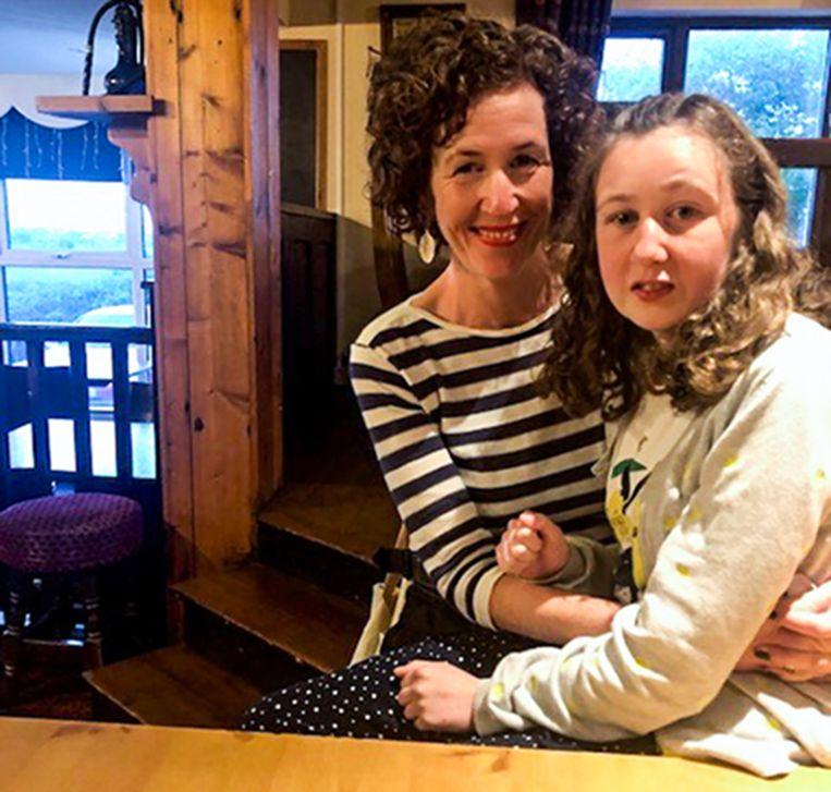 Nora met haar moeder.