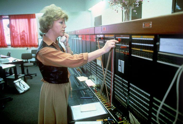 Toen iedereen nog tientallen jaren dezelfde baan had: een internationaal telefoniste van de PTT in de vorige eeuw. Beeld Hollandse Hoogte