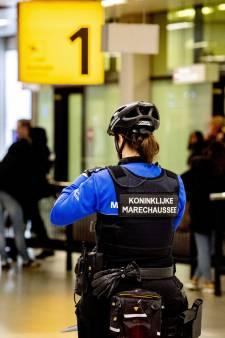 Vader (47) en zoon (13) uit Geldrop mishandelen medepassagier na onrust op vlucht Schiphol