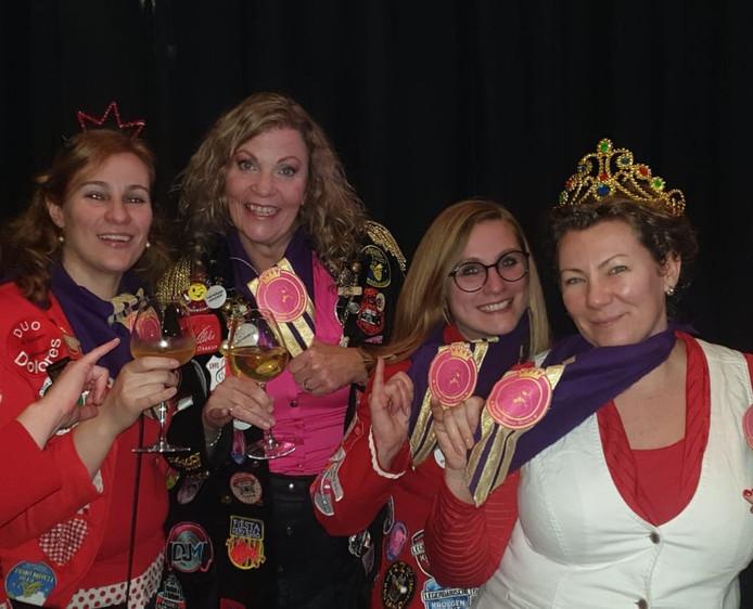 Vier 'koninginnen' rammelen aan de poort van Döllekesgat (vlnr Karina Groenland -van der Breggen, Karin van Zandbeek, Natasja van Steen en Natascha van der Breggen).