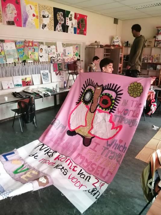 Leerlingen van de Internationale Schakelklas in Winterswijk druk bezig met het versieren van de doeken voor Wereld Vluchtelingendag in Winterswijk.