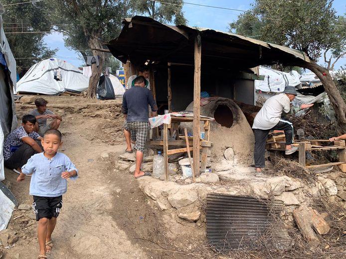 Vluchtelingenkinderen bivakkeren in gammele onderkomens op het Griekse eiland Lesbos