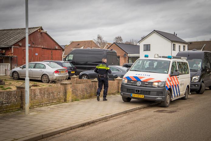 De politie is druk met de ontmanteling van de xtc-pillendrukkerij in Bergharen