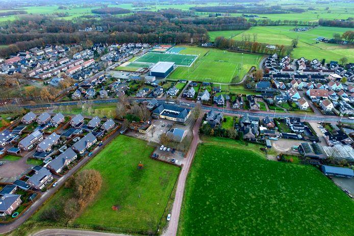 Het linkerdeel van de school hoort bij de gemeente Voorst, het rechterdeel van Klarenbeek bij Apeldoorn.