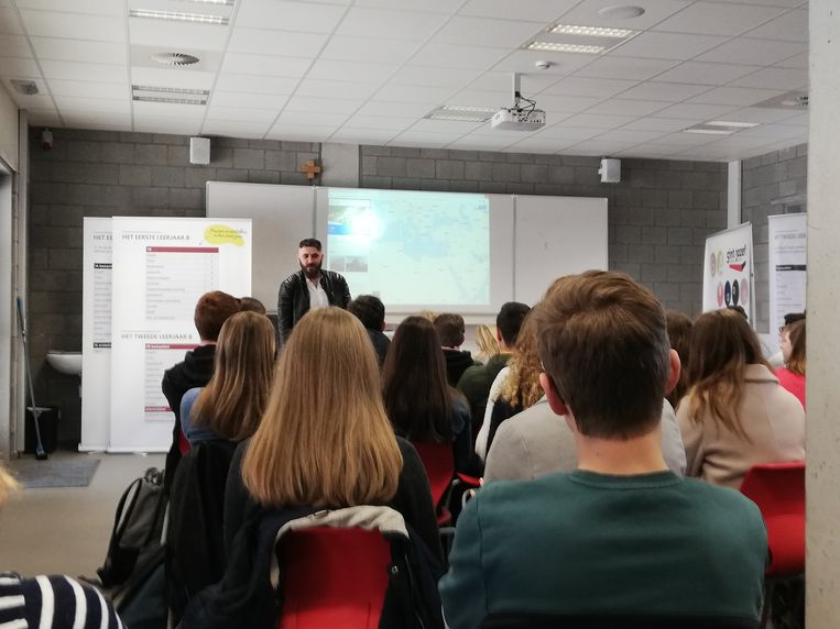 Montasser aan het woord, leerlingen luisteren zeer geboeid