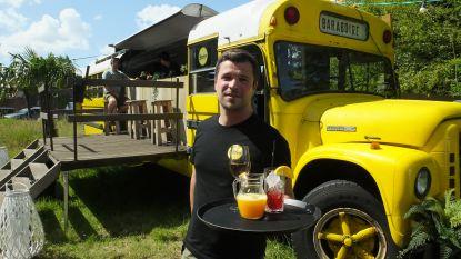 In deze Amerikaans schoolbus kan je een gin-tonic of een wijntje bestellen: Ward (31) opent originele zomerbar in de tuin van interieurwinkel Flamant