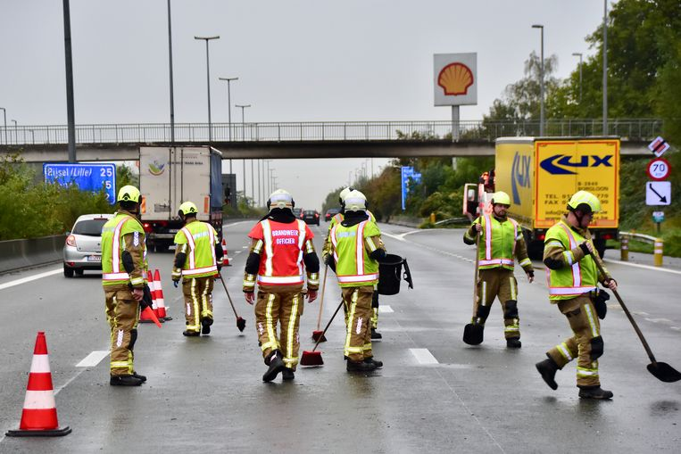 De brandweer maakte het wegdek van de E17 weer proper.