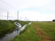 Auto schiet van N50 bij Kamperveen de sloot in