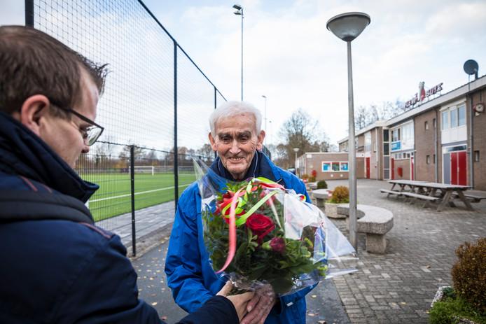 Verslaggever Wouter Foppen van de Stentor feliciteert Gerben Hofstra met zijn titel Clubheld van de amateursport van de Stentor.