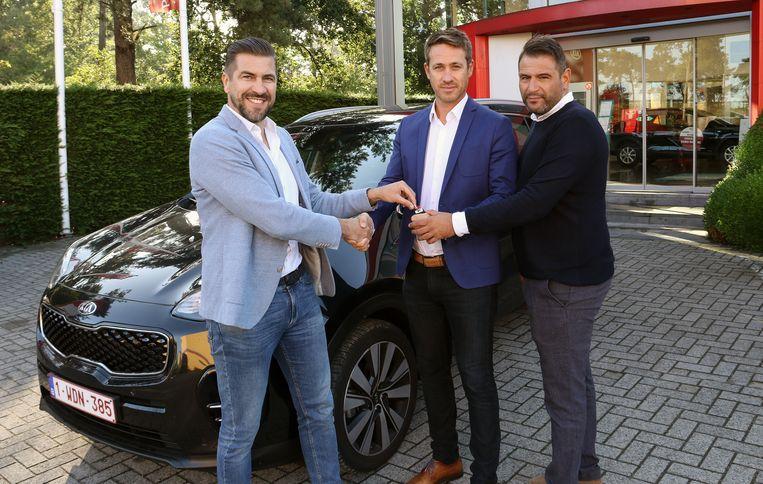 Kristof Van Lommel ontvangt de sleutel van de geschonken wagen uit handen van Tom Leirs en Christophe Verstappen.