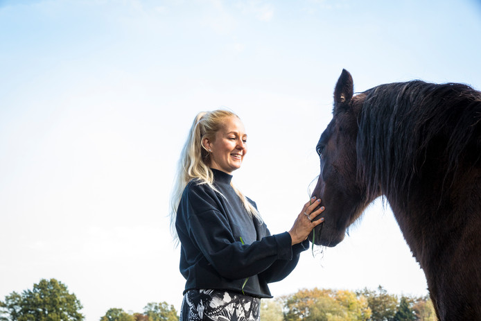 Manon bij het paard dat door praktijk Bodytolk in Epe wordt ingezet bij de therapie om eetstoornissen aan te pakken. © Henri van der Beek