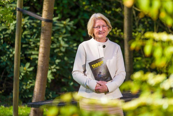 Cobi Klappe met in haar handen het boek Troost die er toe doet.