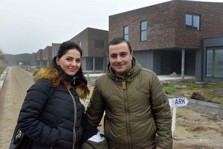 Anna en Armen voor hun nieuwe woning.