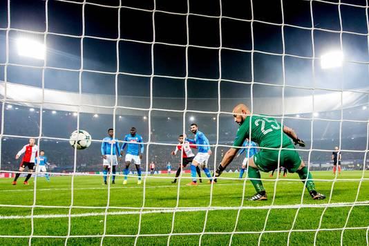 Jeremiah St. Juste kopt raak in blessuretijd. Feyenoord wint met 2-1 van Napoli.
