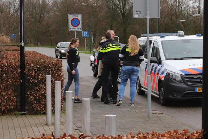 Antifacist Arthur Graaff wordt door de politie weggevoerd van de Militaria Beurs in Houten.