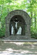 De hele site van de Mariagrot van Kleit zit verscholen tussen het groen.