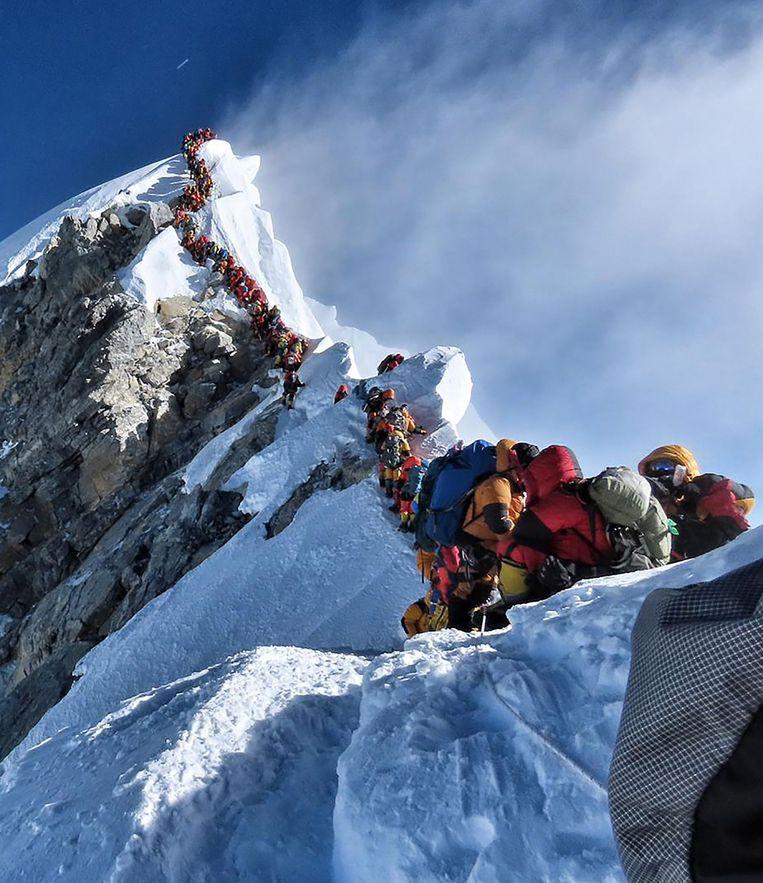 De nu al iconische foto van de file op de Mount Everest van de hand van Nirmal Purja. Beeld AFP/Project Possible