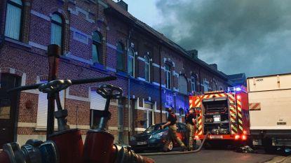"""Brandweer al uren in de weer met 'moeilijk te blussen' dakbrand in 'De Oude Weverij': """"Hou ramen en deuren gesloten"""""""