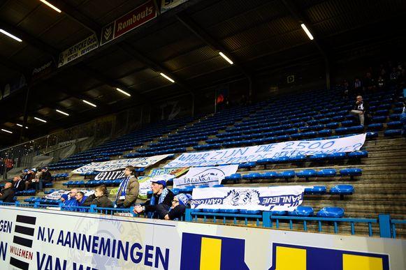 Tien minuten lang in het stadion van Waasland Beveren: een leeg vak met boze boodschappen.