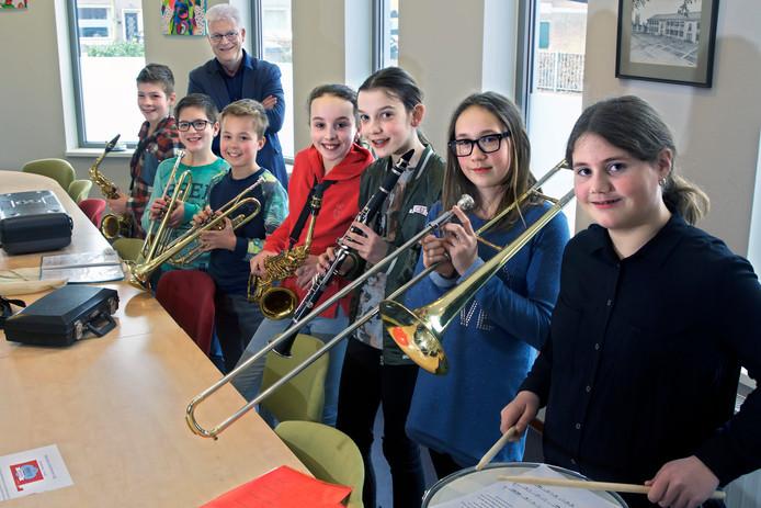 Jonge muzikanten van De Lage Weide, met hun instrument.