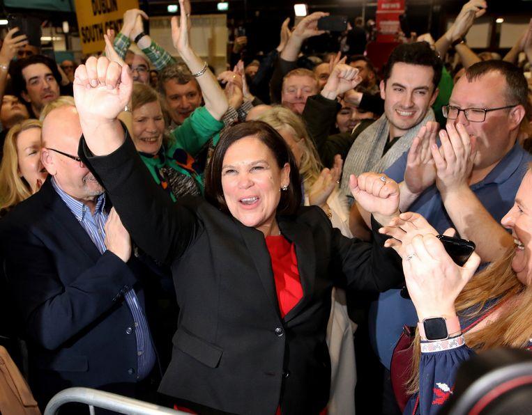 """Sinn Féin-leider Mary Lou McDonald vierde gisteren de """"historische revolutie"""" met haar aanhangers."""