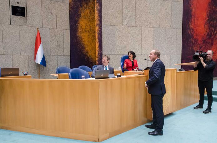 Kamervoorzitter Khadija Arib en Kees van der Staaij (SGP) kijken naar de Nederlandse vlag in de plenaire zaal van de Tweede Kamer tijdens het wekelijkse vragenuurtje in de Tweede Kamer.