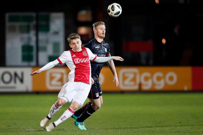 NEC'er Mart Dijkstra in duel met Ajacied Teun Bijleveld op De Toekomst vorig seizoen.