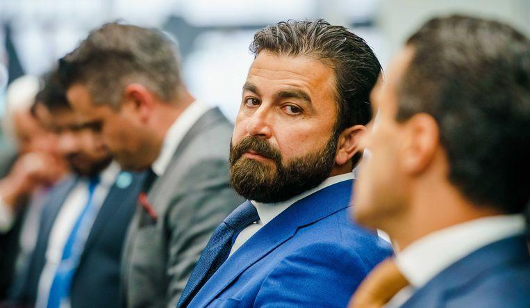 Selçuk Öztürk tijdens de algemene ledenvergadering zaterdag op het partijbureau van Denk. Rechts van hem de huidige politiek leider, Farid Azarkan. Links van Öztürk zijn collega-Kamerlid Tunahan Kuzu. Beeld ANP