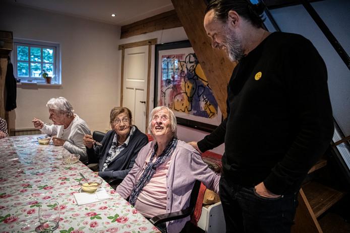 Zorgcriticaster Hugo Borst bezocht afgelopen week ouderenlandgoed Grootenhout. De bewoners zitten net aan hun bakje vanillevla.