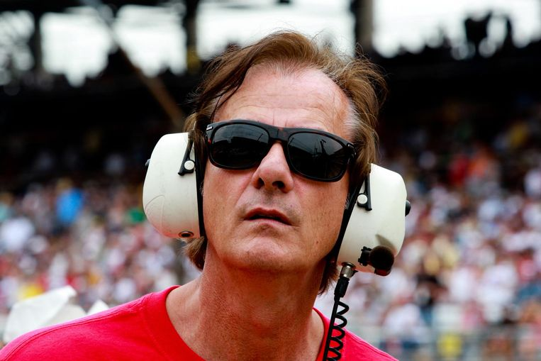 Arie Luyendijk kijkt toe terwijl de Nederlandse autocoureur Robert Doornbos in 2009 deelneemt aan de Indy Car 500 in Indianapolis. Beeld anp