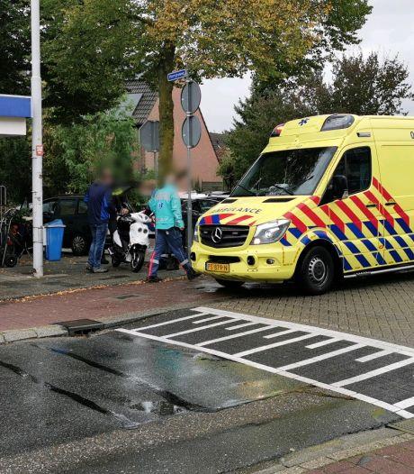 Auto rijdt scooter aan in Wageningen