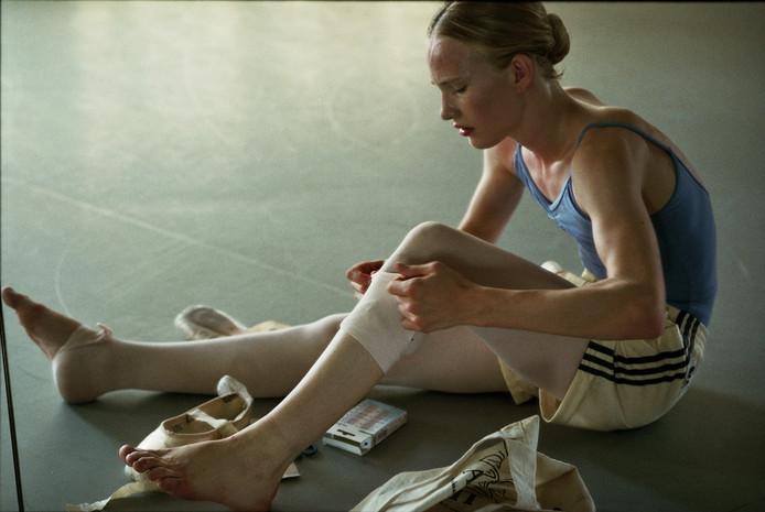 Een still uit de film Girl. Lara, een 15-jarig meisje is geboren in het lichaam van een jongen en wil niets liever dan ballerina worden.